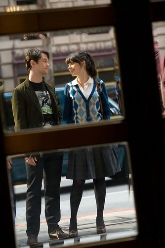 Tom (Gordon-Levitt) and Summer (Deschanel)